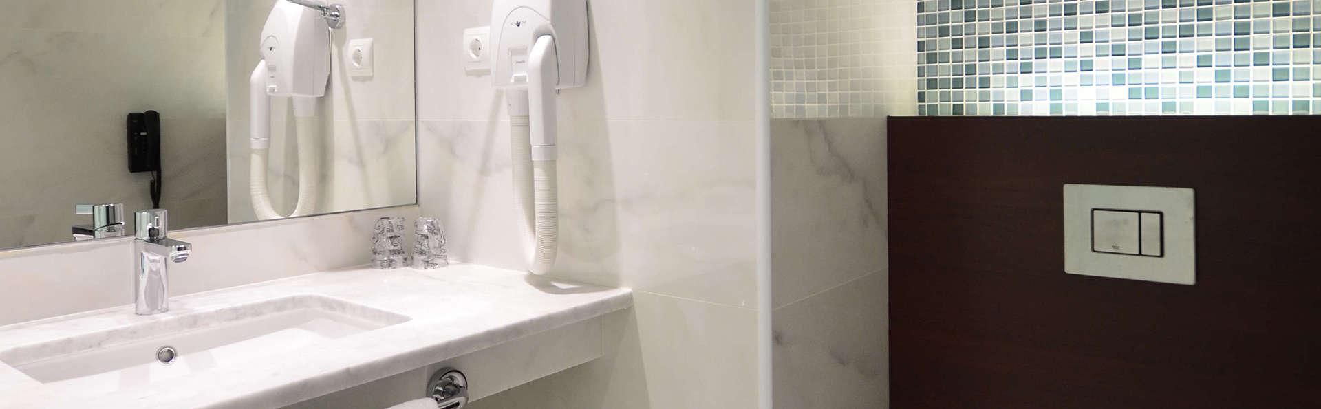 Aquashow Park Hotel - Edit_Bathroom.jpg