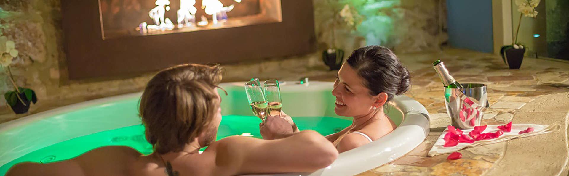 Détente dans une baignoire à hydromassage en chambre en  Toscane