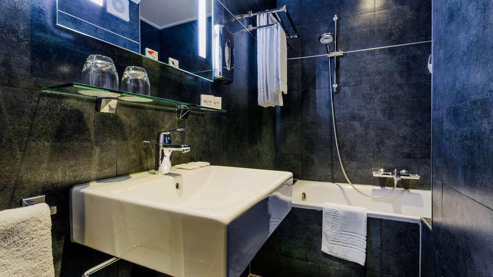 Golden Hôtel Paris - Edit_Bathroom2.jpg