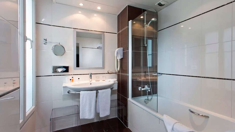 Hôtel Elysées Bassano - EDIT_bath1.jpg