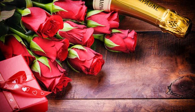 Parenthèse romantique avec champagne et pétales de rose en chambre près de Quimper