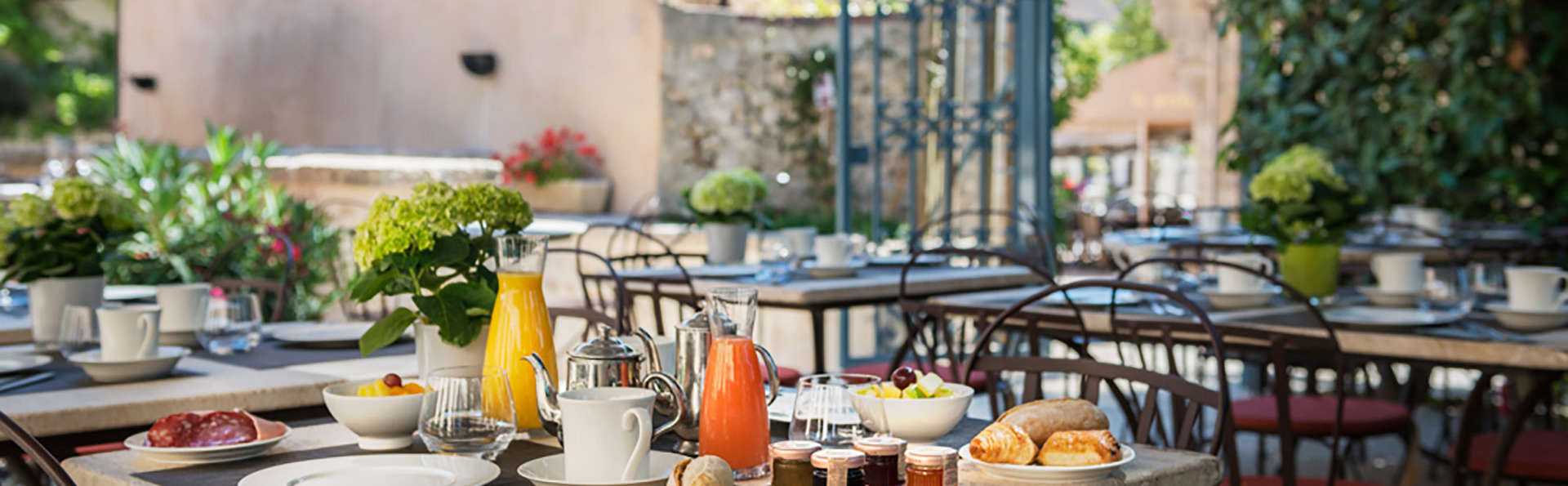 Hotel The Originals Aux Vieux Remparts (ex Relais du Silence) - EDIT_breakfasterrace.jpg