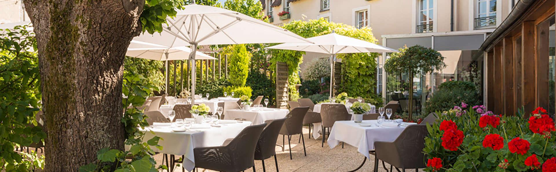 Hotel The Originals Aux Vieux Remparts (ex Relais du Silence) - EDIT_terrace2.jpg