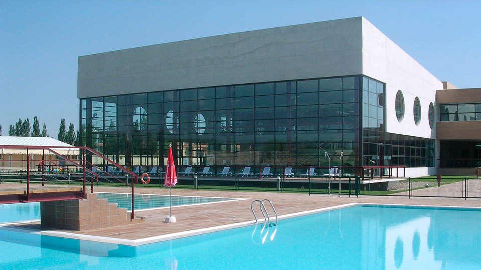 Bed4U Tudela - EDIT_pool.jpg