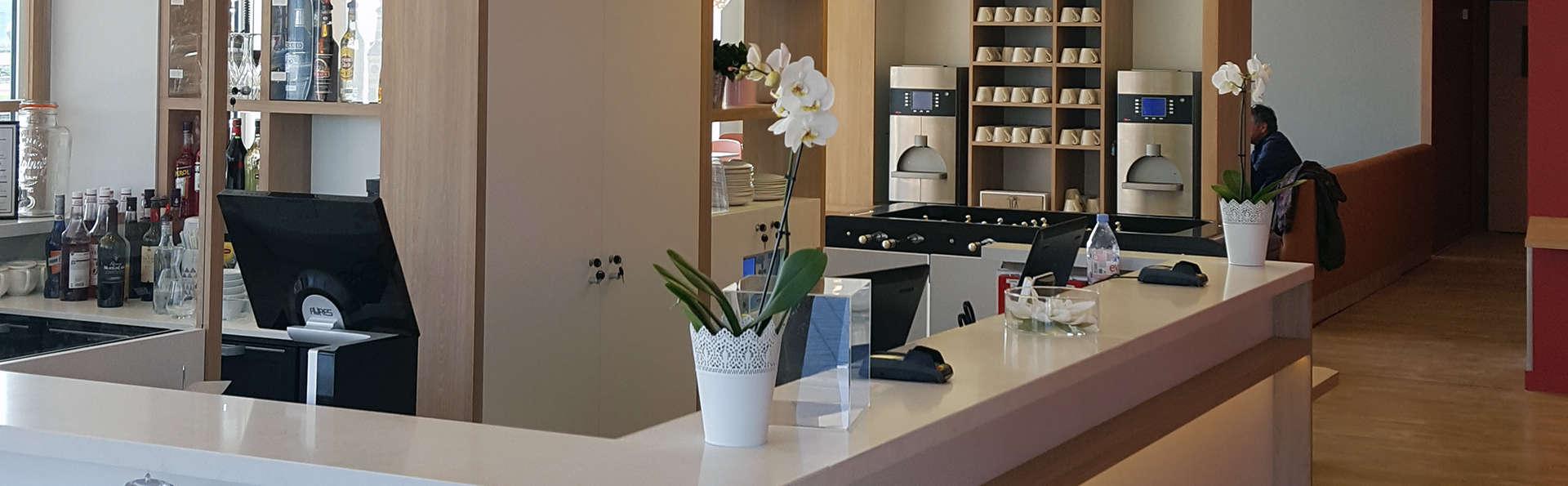 Ibis Styles Versailles Guyancourt - Edit_Reception.jpg