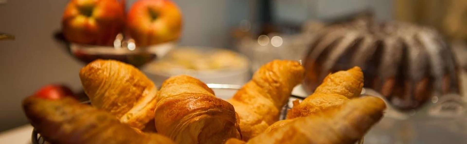 Hôtel du Lion d'Or Louvre - Edit_Breakfast.jpg
