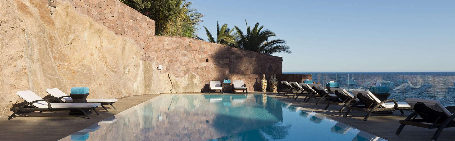 Détente et vue à couper le souffle dans une crique de la Côte d'Azur