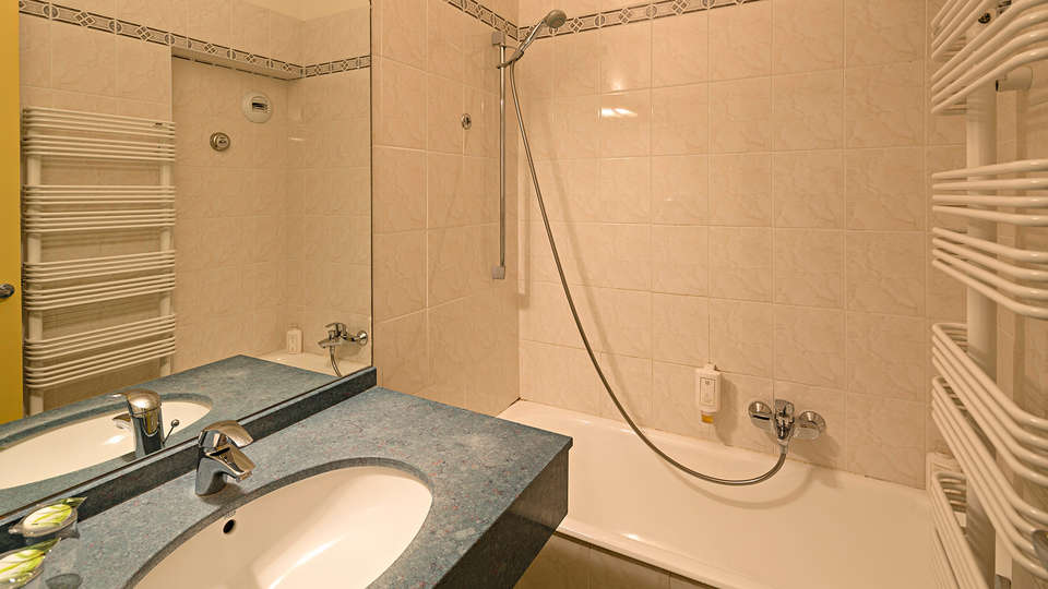 Hôtel Provençal - EDIT_bath.jpg