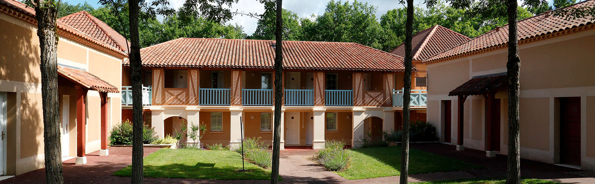 Residence Lac Mondésir de Montflanquin - edit_patio.jpg