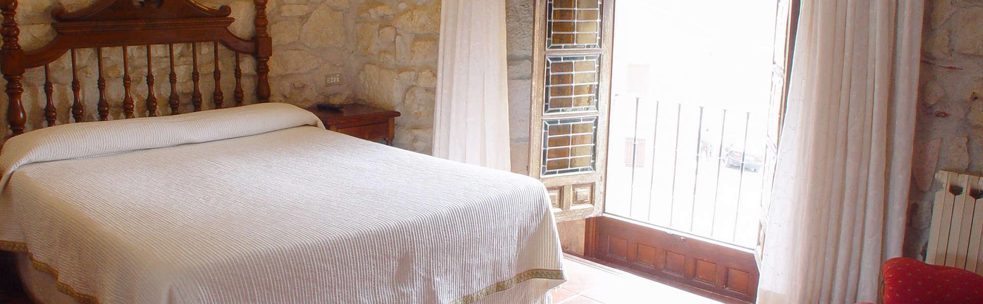 Hotel Tres Coronas de Silos - Edit_Room2.jpg