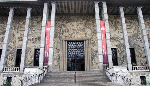 Entrada al Palais de la Porte Dorée y alojamiento de 3* en París