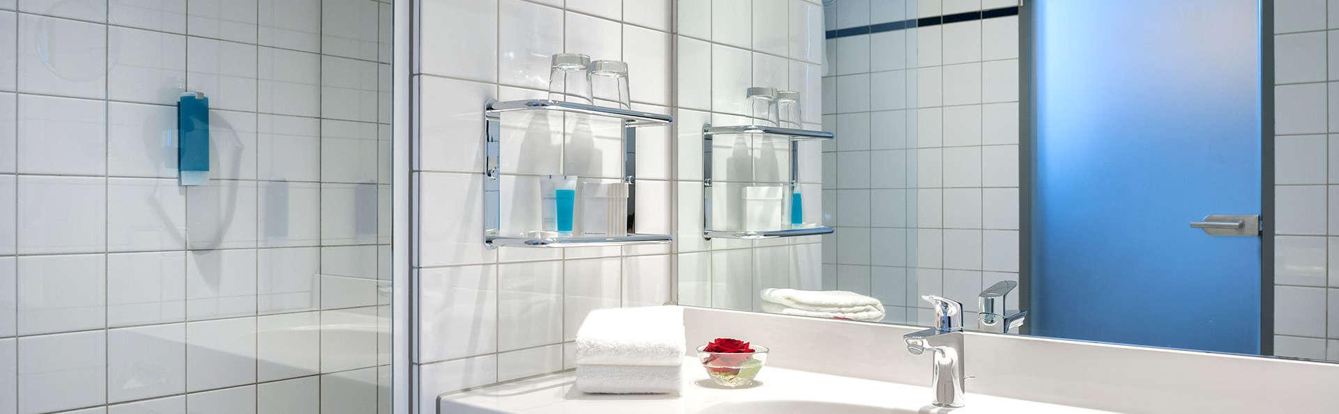 Dorint Kongresshotel Düsseldorf Neuss - Edit_Bathroom3.jpg
