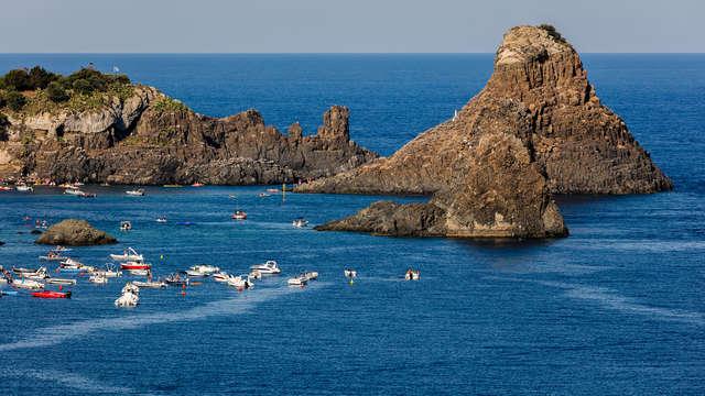 Découvrez la Riviera Ciclopi avec des vacances dans le village d'Acitrezza