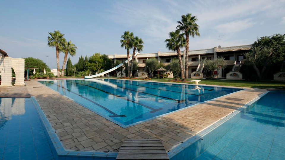 Unahotels Regina Bari - edit_pool_exterior34.jpg