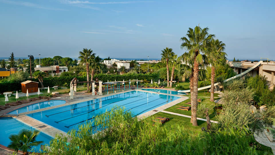 Unahotels Regina Bari - edit_pool43.jpg