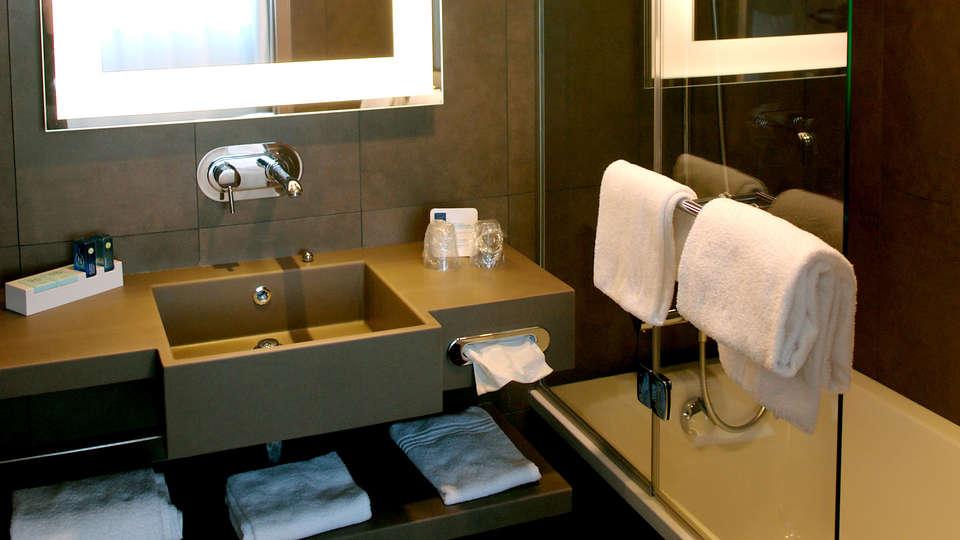 Novotel Spa Rennes Centre Gare - Edit_Bathroom2.jpg