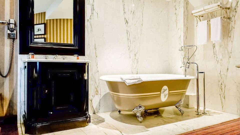 Hôtel Châteaubriand - Edit_Bathroom.jpg