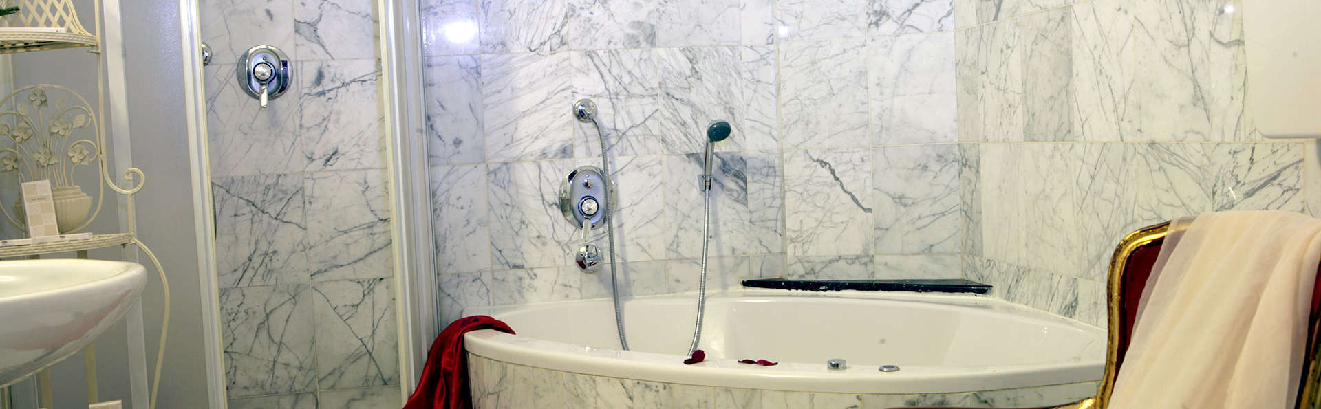 Hotel Villa Pigalle - Edit_Bathroom2.jpg