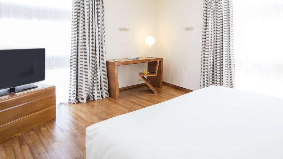 Hôtel La Pérouse - edit_room6_new.jpg