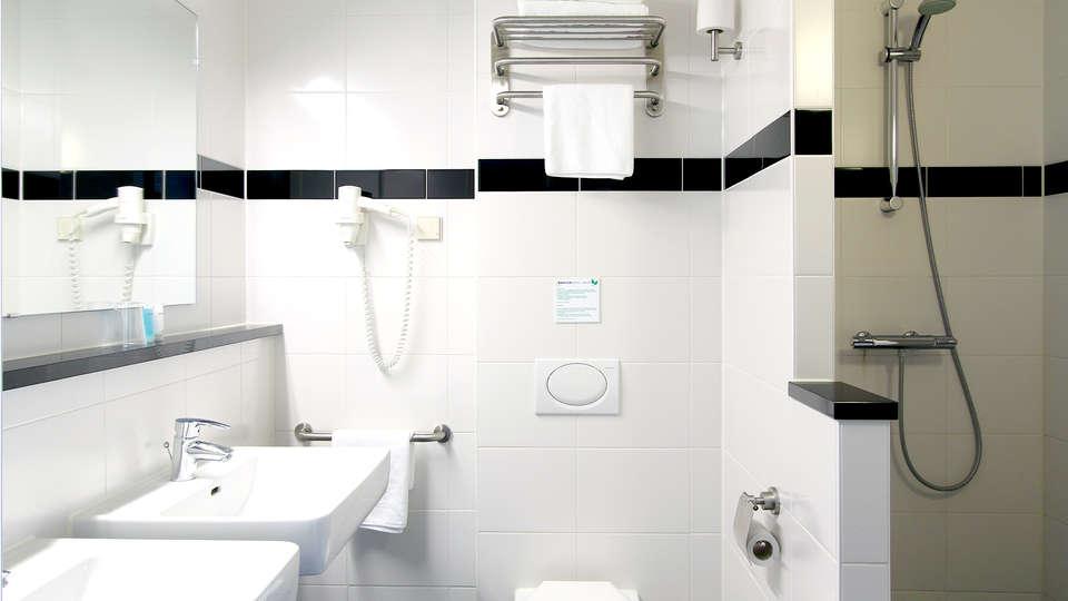 Bastion Hotel Roosendaal - Edit_Bathroom.jpg