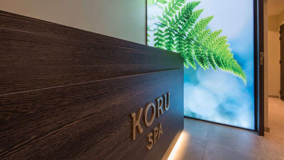 Hotel Koru - edit_reception2.jpg