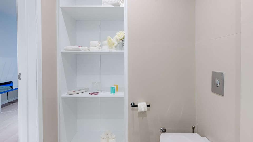 Hotel Cristal Porto by Ymspyra - Edit_bathroom2.jpg
