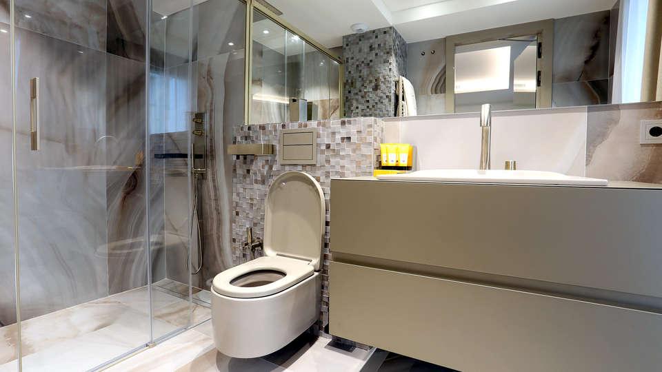 CosmoApartaments Platja d'Aro - Edit_Bathroom2.jpg