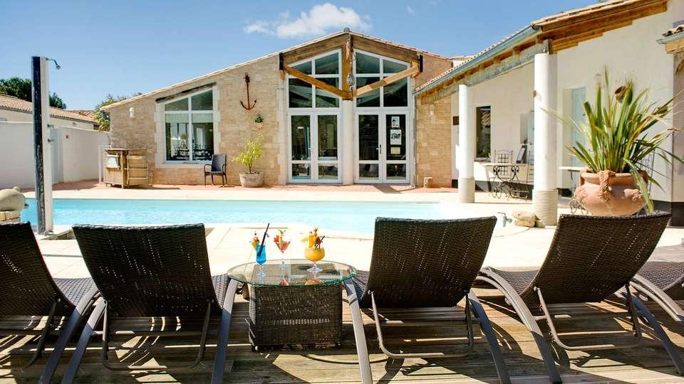 Hôtel  Restaurant et SPA Plaisir - EDIT_pool1.jpg