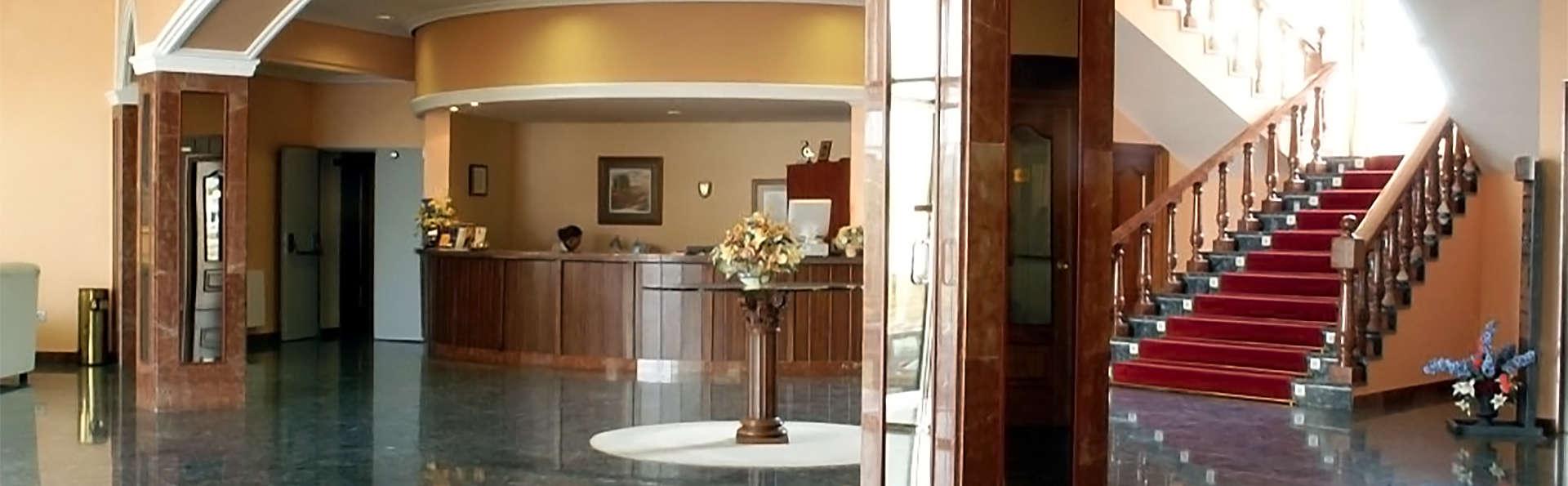Hotel Emperatriz III - EDIT_hall3.jpg