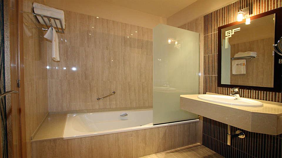 Hotel Spa Felisa - edit_bathroom.jpg