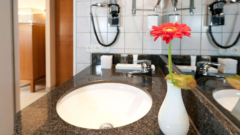 Dorint Parkhotel Mönchengladbach - Edit_Bathroom2.jpg
