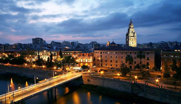 Escapada romántica con botella de cava y salida tardía en pleno centro de Murcia