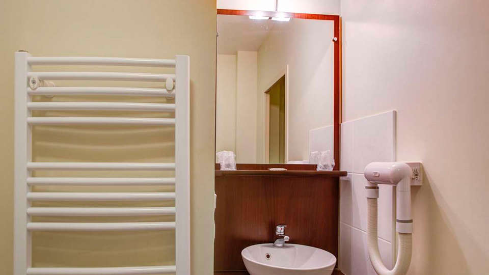 Appart'City La Roche sur Yon - edit_bathroom.jpg