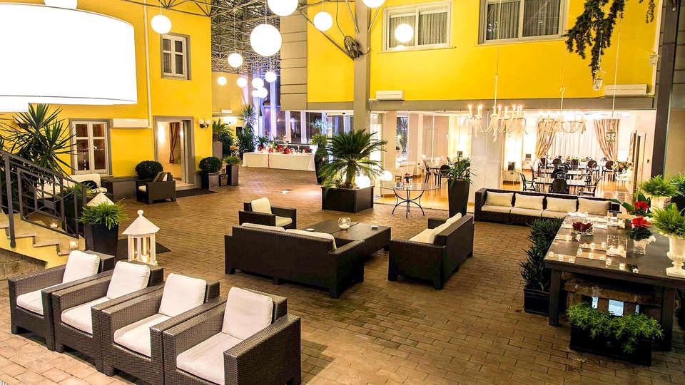 Hotel Villa Traiano - Edit_terrace.jpg