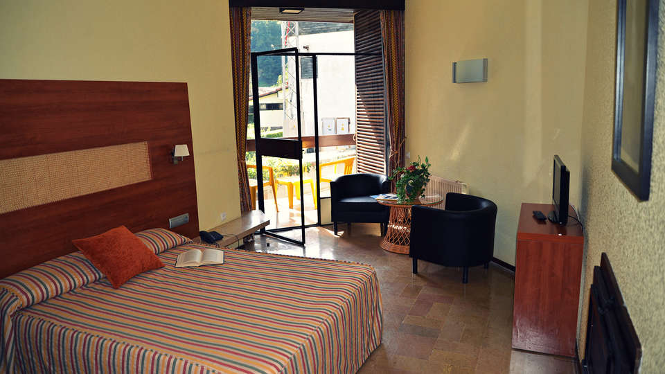 Hotel Baztán - EDIT_room.jpg
