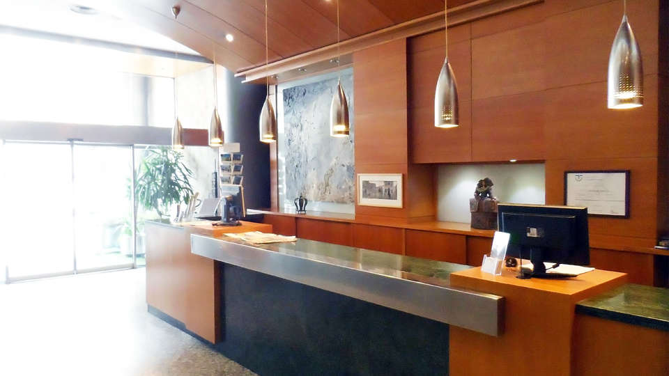 Hotel Sercotel Corona de Castilla - EDIT_reception.jpg