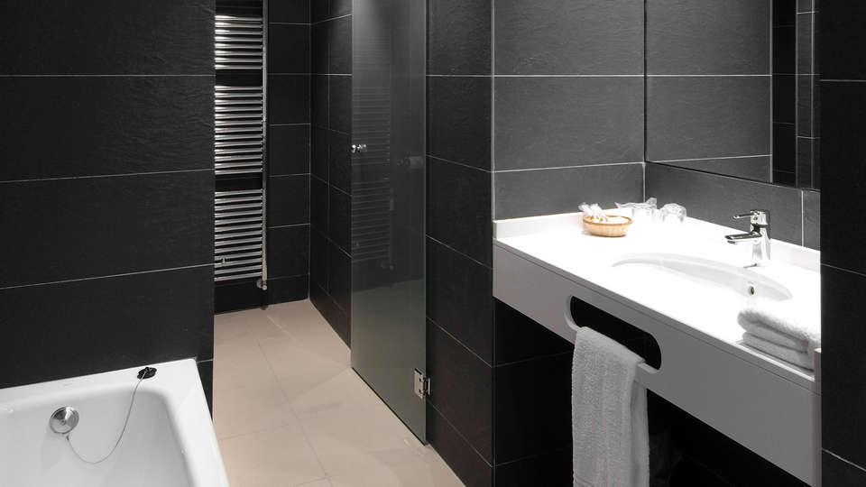 Hotel Cienbalcones - EDIT_bath.jpg