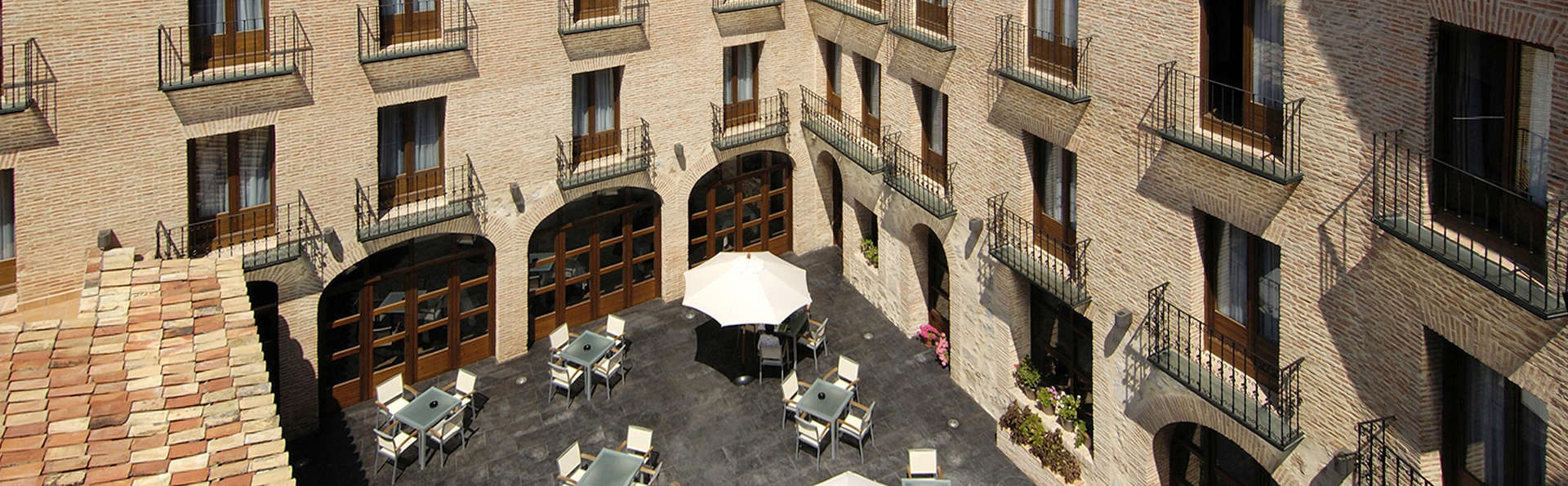 Hotel Cienbalcones - EDIT_patio.jpg