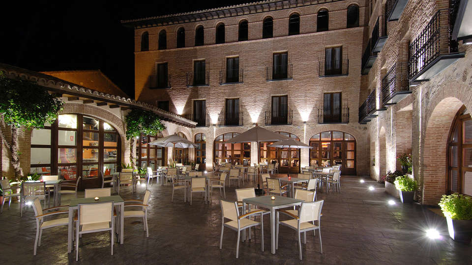 Hotel Cienbalcones - EDIT_patio1.jpg