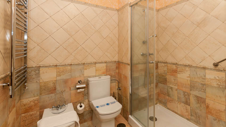 Hotel Comendador - EDIT_bath1.jpg