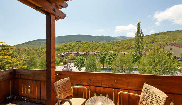 Descubre el encanto del Pirineo con cena gastronòmica, cava, bombones y decoración romántica