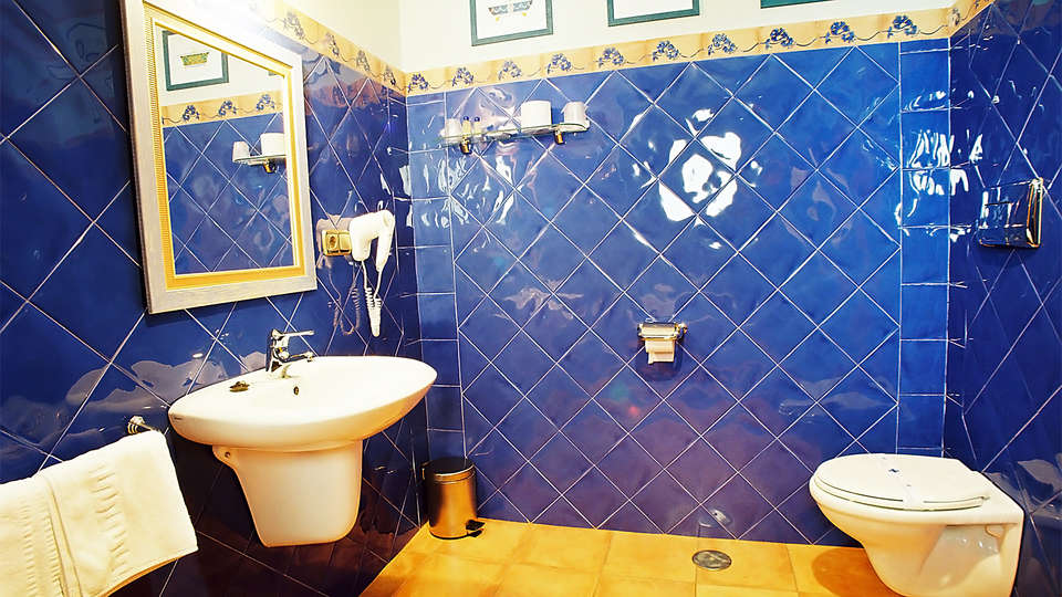 Hotel Juan Carlos I - EDIT_bath1.jpg
