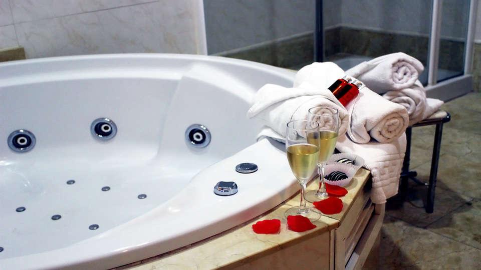 Hotel Los Habaneros - EDIT_bath3.jpg