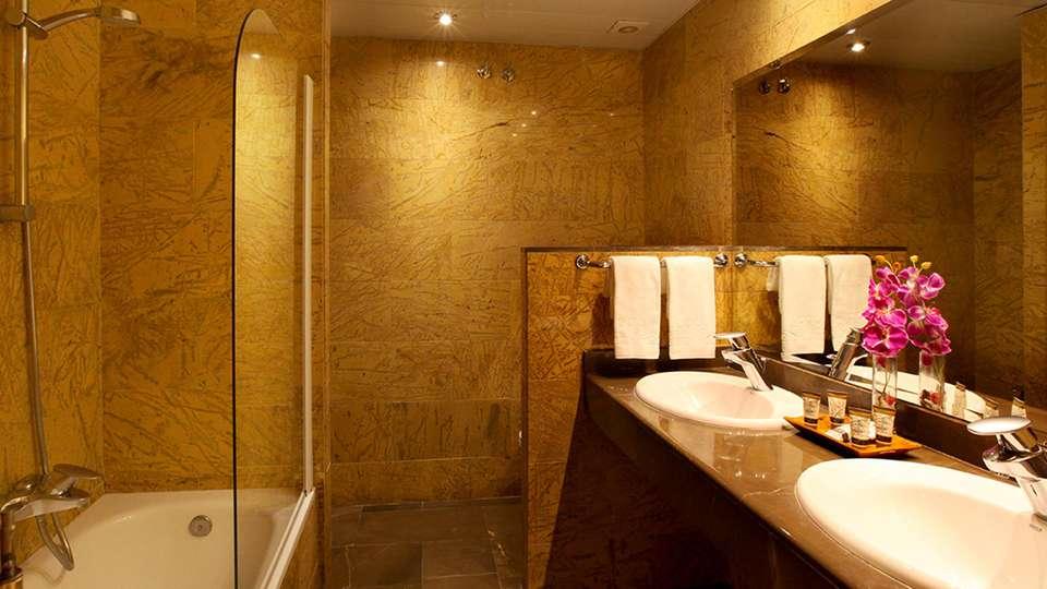 Hotel Nouvel - EDIT_bath2.jpg