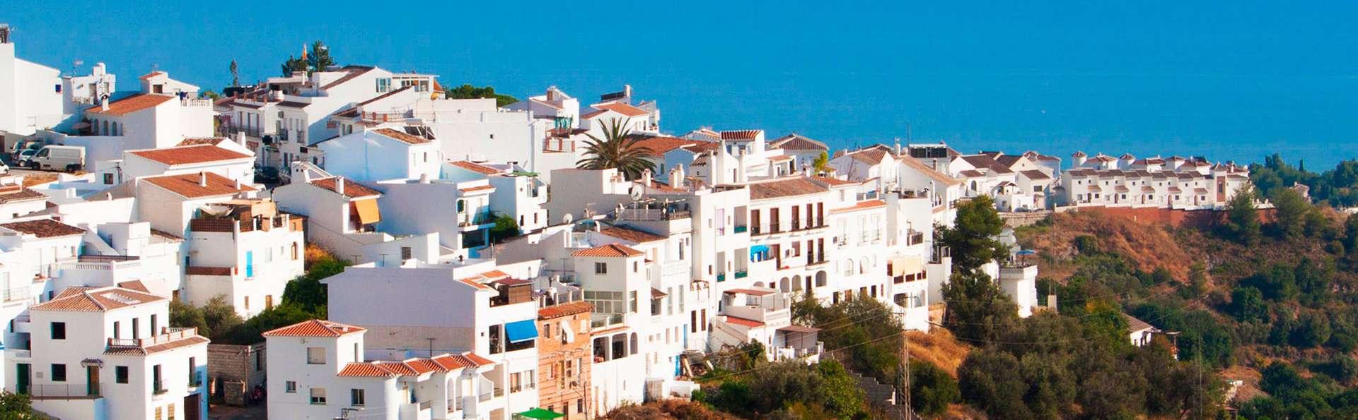Escapade familiale dans un village blanc andalou, au pied des montagnes avec vue sur la mer
