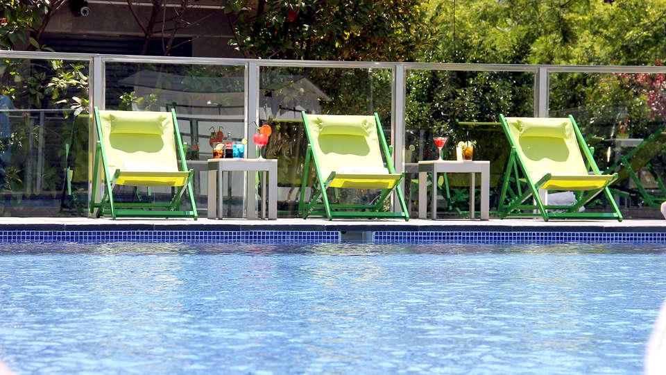 Hotel Primus Valencia - Edit_Pool.jpg