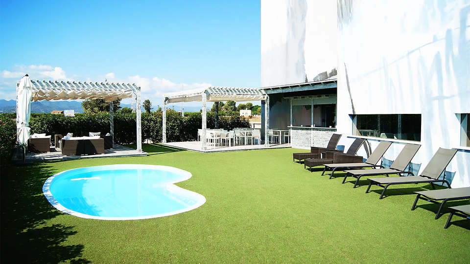 Hotel Sercotel Plana Parc - EDIT_pool1.jpg