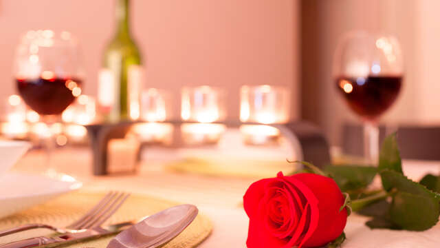 Escapada romántica en la villa marinera con detalles románticos y cena con música