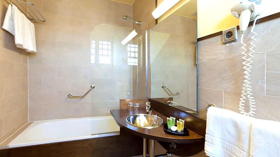 Hotel Victoria 4  - EDIT_bath2.jpg