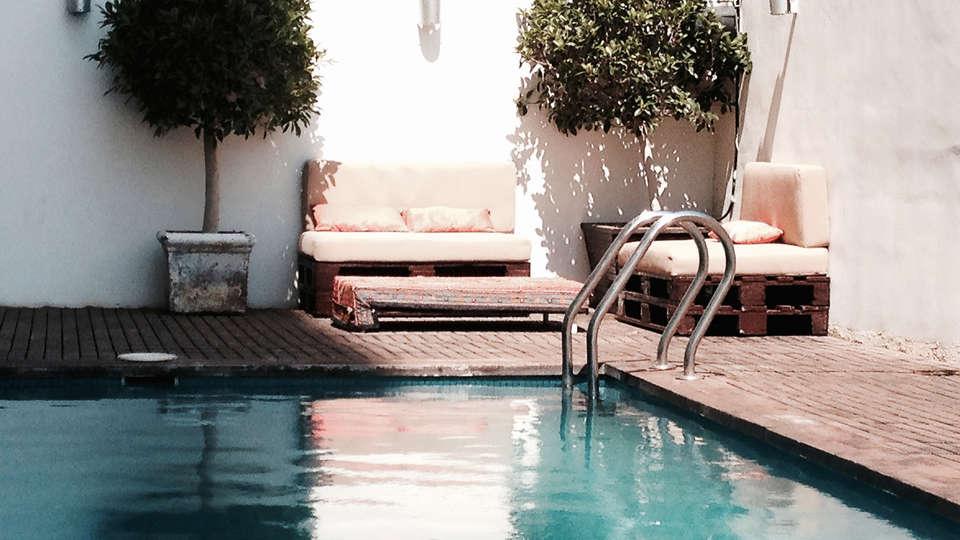 Hotel Xon's Valencia - EDIT_pool.jpg